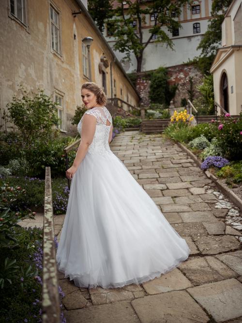 krajkové svatební šaty s perličkami a nadýchanou tylovou sukní