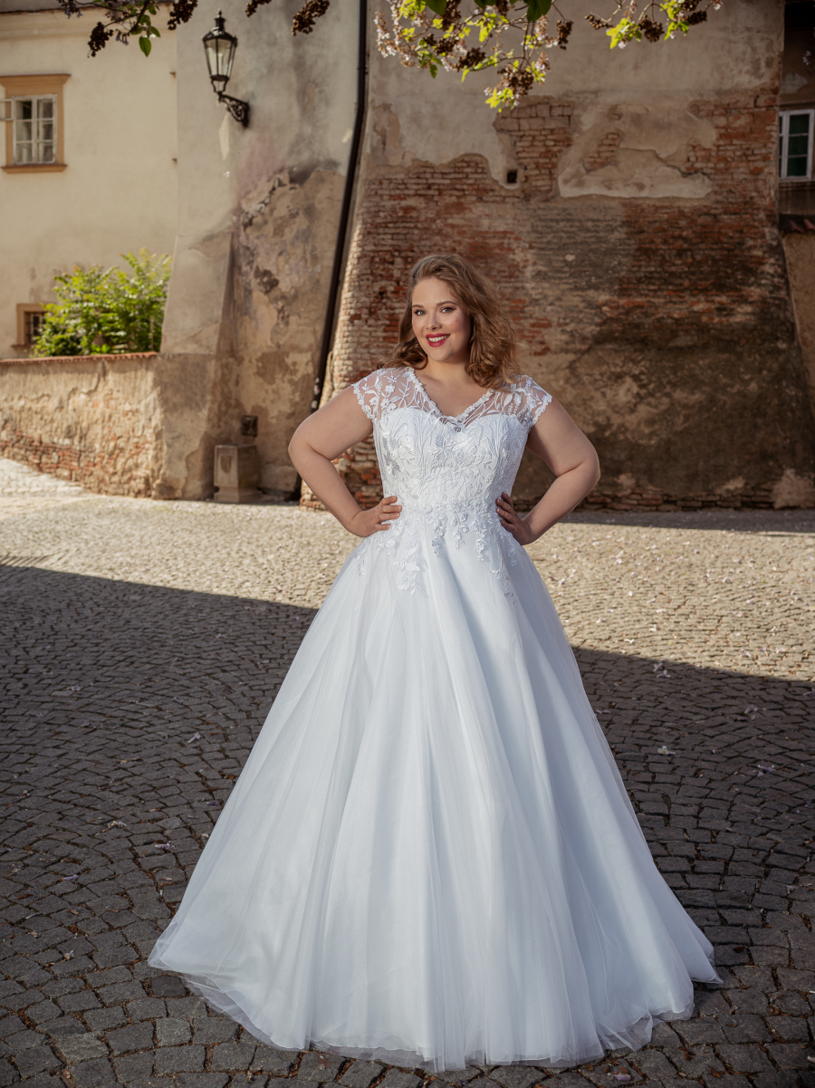 krajkové svatební šaty s křidýlky