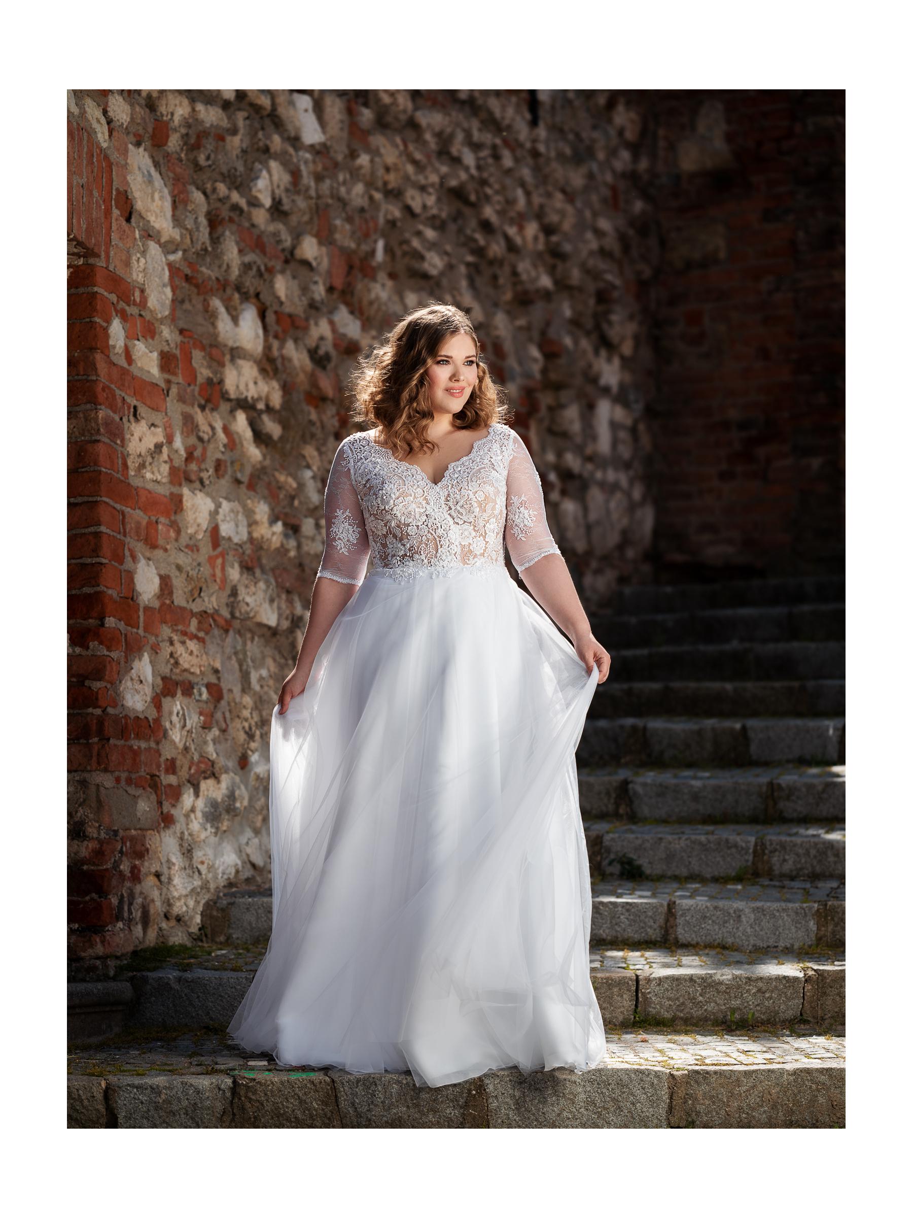 rozevláté svatební šaty s perličkami a tylovou sukní
