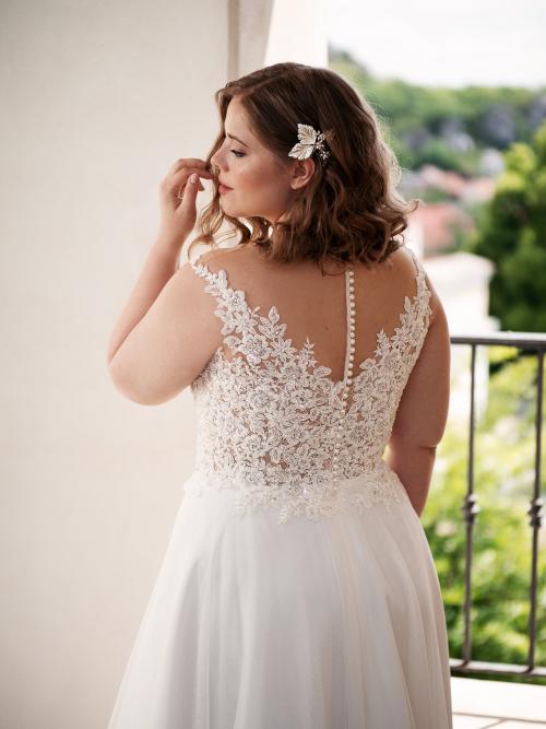 romantické splývavé svatební šaty poseté flitry a perličkami