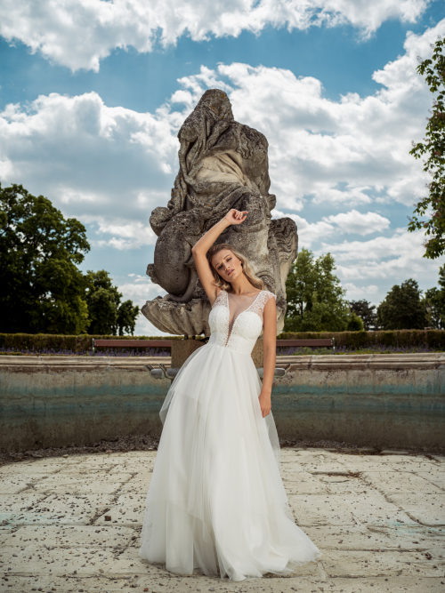 originální cípaté svatební šaty