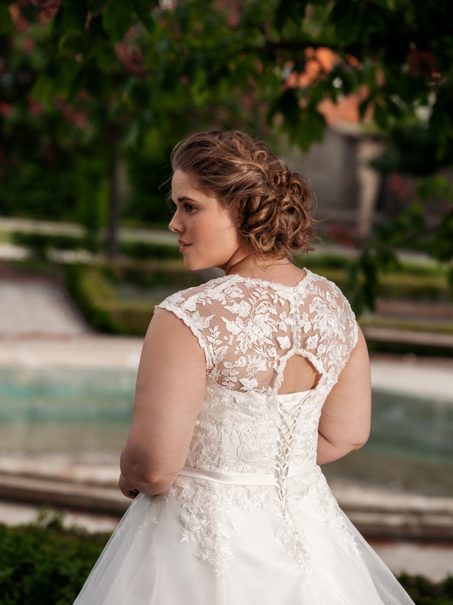 slušivé krajkové svatební šaty s mašličkou