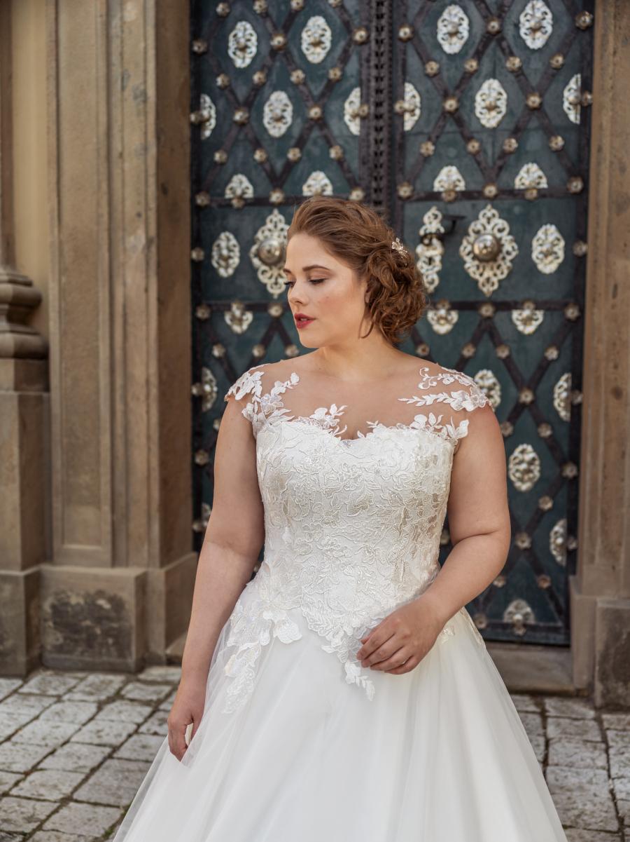 krásné svatební šaty s našívanými třpytivými květy