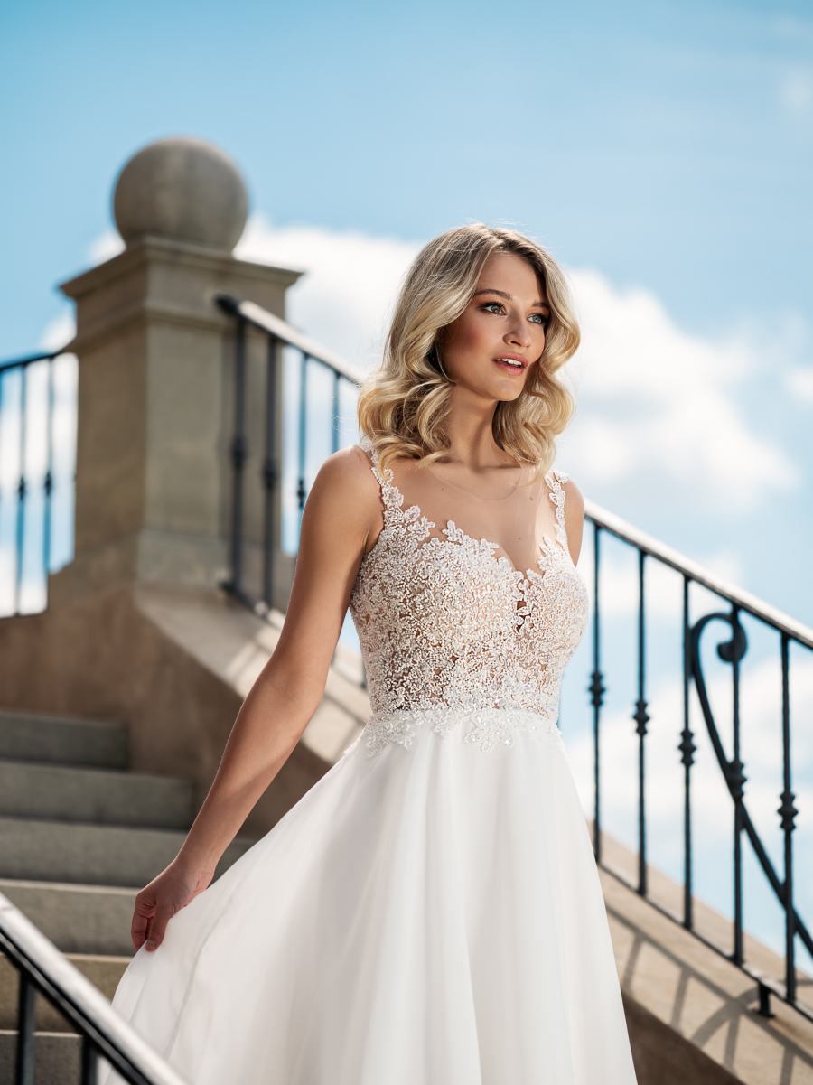 rozlítané perličkové svatební šaty s jemnou sukní
