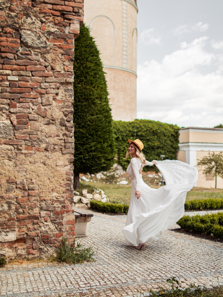 nádherné boho svatební šaty z jemné krajky a dlouhými rukávy