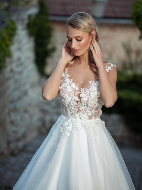 bohaté romantické svatební šaty zdobené 3D krajkou