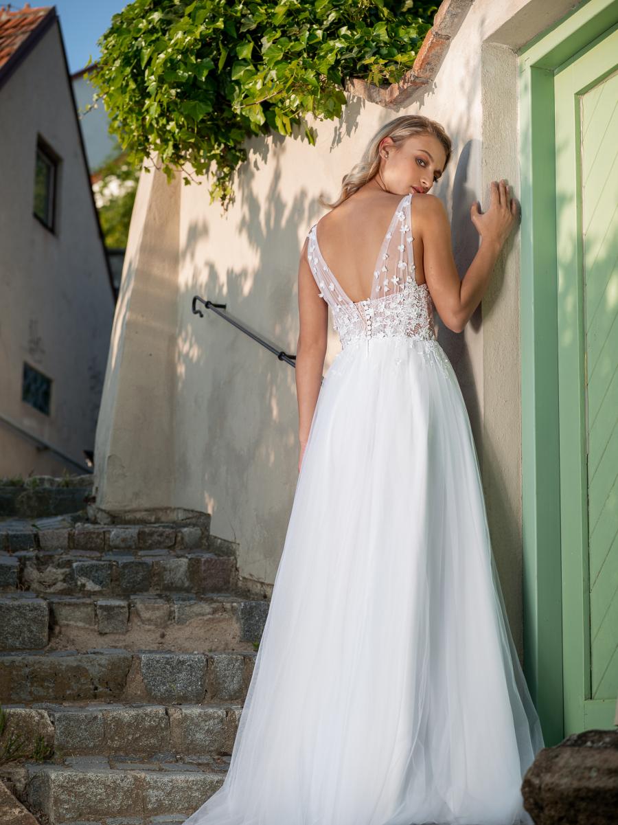 kytičkami jemně zdobené svatební šaty s lehkou tylovou sukní
