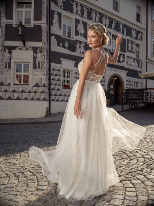krásné svatební šaty s odhalenými zády zdobené perličkovými kytičkami