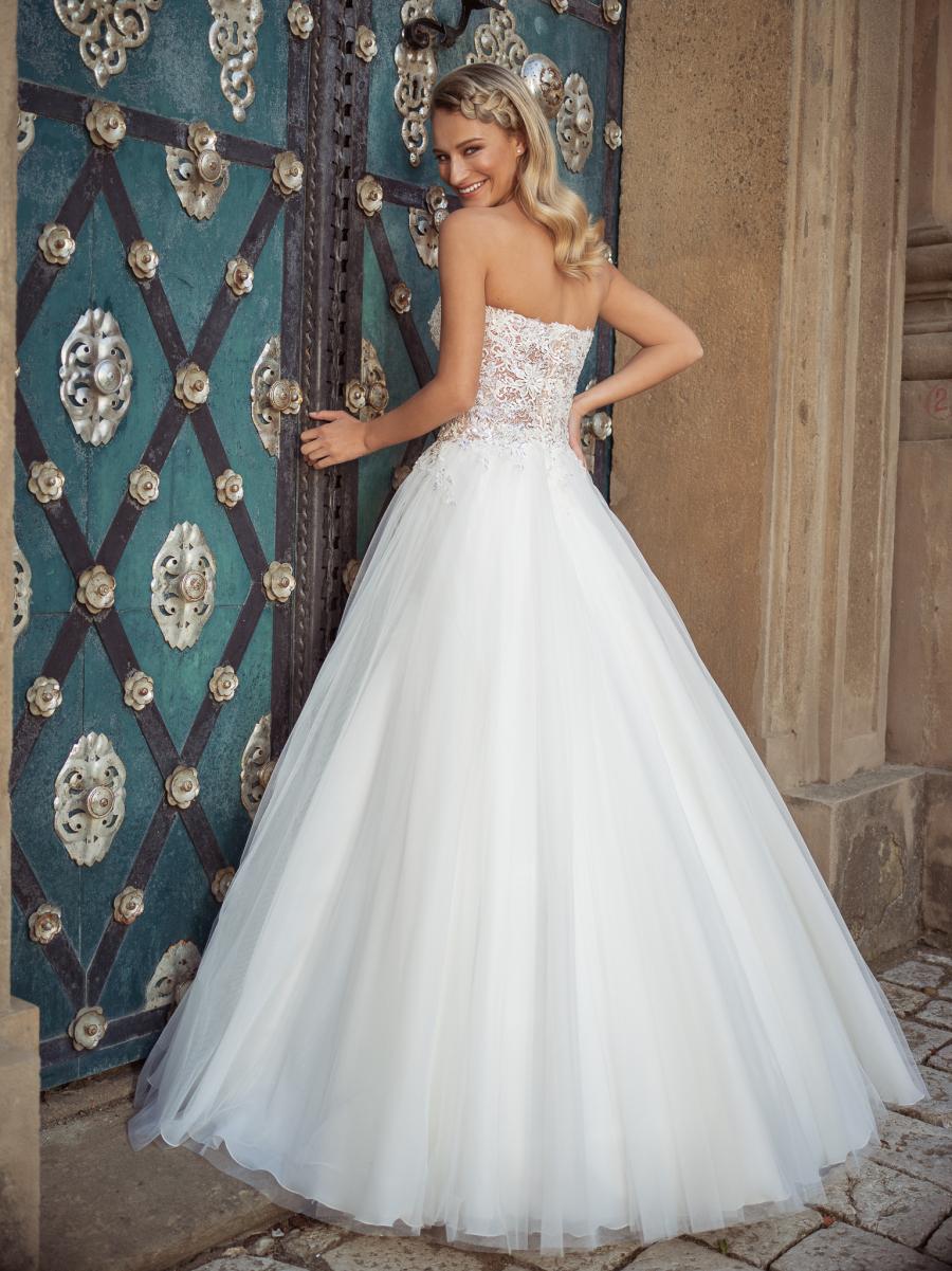 krásné korzetové svatební šaty s nadýchanou tylovou sukní a zdobené třpytivými květinami