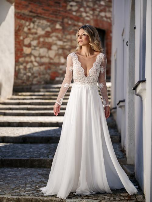 romantické rozlítané svatební šaty s hlubokým výstřihem a jemnou sukní