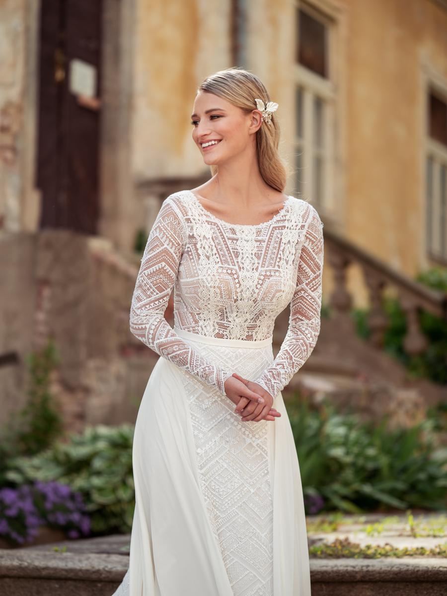 originální třpytivé svatební šaty s dlouhými rukávy