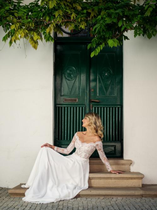 romantické splývavé svatební šaty se spadanými rukávky