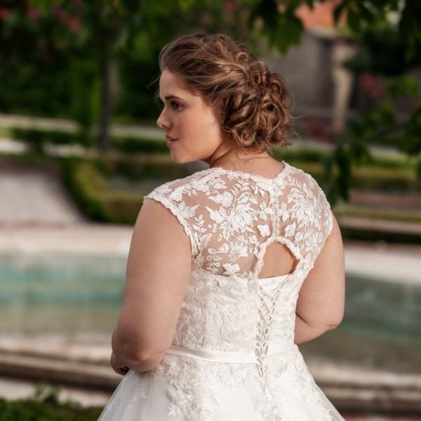 Představujeme další kousek z naší kolekce #madoraplus2021, která je určena pro nevěsty s pár kily navíc. Nebo pro ty, kterým nesedí klasické konfekční velikosti.  🌹 Šaty 🌹YASMINA🌹 mají sedmidílnou tylovou sukni zdobenou krajkou, která přechází do krajkového živůtku. 🌹 Svatební šaty pro vás šijeme #namíru a #sláskou v Mikulově a ve váš svatební den vám budou skvěle sedět. 🌹 Těšíme se na vás v našem znovuotevřeném svatebním ateliéru. Pro termíny na zkoušení šatů volejte 📱+420 607 703 444.  🌹 #plusizemodel #plusize #svatebnisatyplussize #weddingdressplussize #nevestaplussize #plussizebride #svatba2021 #svatebnisatyceskevyroby