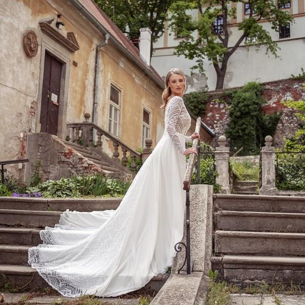 Šaty ❄IZIDORA❄ z kolekce #madoracouture2021 jsou jedinečné šaty z lesklé krajky kombinované se šifónem.  ❄ Díky dlouhým rukávům jsou vhodné zejména pro zimní svatby, takže pokud plánujete svůj svatební den prožít v zimních měsících, budou pro vás to pravé.  ❄ Možnosti zkoušení šatů s námi můžete probrat telefonicky na +420 607 703 444. ❄ #weddingdress #winterwedding #zimnísvatba #svatebníšaty #svatba2021💍 #svatbazima2021 #madora ##zimninevesta