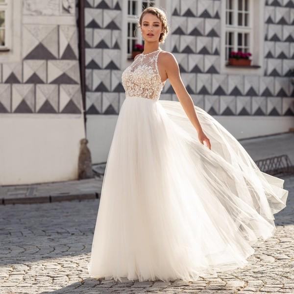 Šaty 🌺PEARL🌺 znáte již z naší loňské kolekce a jsou mezi nevěstami tolik oblíbené, že jsme je pro vás v upravené verzi zařadili také do kolekce #madoracouture2021. 🌺 Podlehnete i vy tylové splývavé sukni a živůtku s korálkovou krajkou?  🌺 Pro více informací o šití a zkoušení pro #svatby2021 volejte 📱 +420 607 703 444. 🌺 #svatba2021 #wedding2021💍 #hochzeit2021 #svatebnisaty #bride #nevesta #svatebnisatynamiru #braut #zasnuby