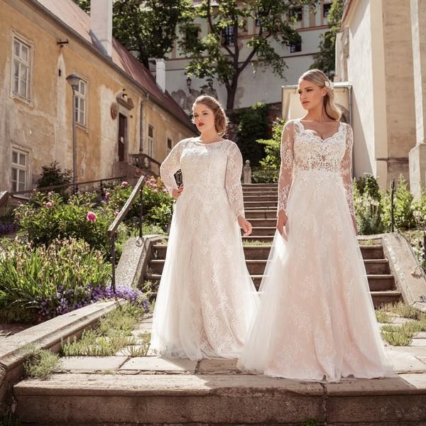 Naše krásné modelky na jedné fotce! Šaty 💐GAIA💐 z kolekce #madoraplus2021 pro nevěsty s větší než konfenční velikostí skvěle sedí modelce @caldrovaanna. 💐 Šaty z kolekce #madoracouture2021 jsou 💐BEATRICE💐 a sluší to v nich modelce @katerina_kasanova. 💐 Oboje šaty mají sukně z krajky a tylu doplněné krajkovými živůtky s dlouhými rukávy. 💐 Za focení děkujeme @pinarto_studio. 💐 #madora #svatebnisaty #weddingdress #plussizebeauty #svatba2021 #svatebnifoceni #nevěsta #bride