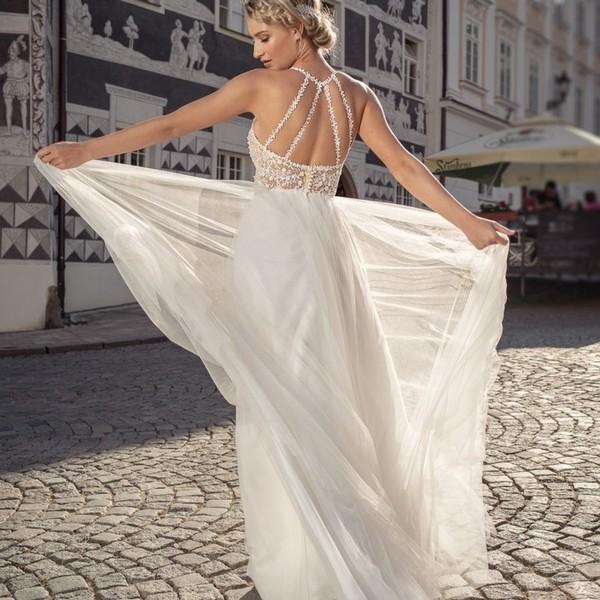 Svatební šaty ✨PEARL✨ z kolekce Madora Couture 2020 vzbudily mezi nevěstami takový zájem, že jsme je v upravené verzi se splývavou tylovou sukní zařadili i do letošní kolekce #madoracouture2021. ✨ Co říkáte na tento jemný model, ve kterém budete vypadat jako víla? ✨ #madoracouture2020 #svatebnisaty #weddingdresses #wedding #bride #mikulov #pearl2021 #svatebnisatynamiru #svatebnisatyceskevyroby #svatba2021