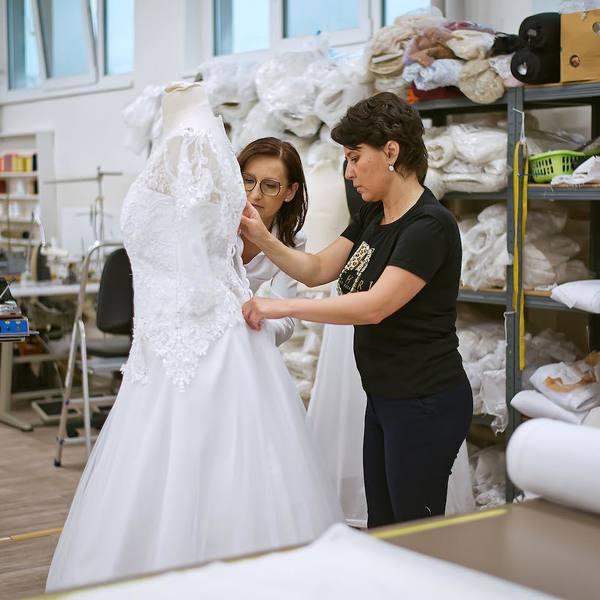 My nejsme jen obyčejná půjčovna šatů, v salonu MADORA vlastnoručně přeměňujeme sny v realitu 💫. A můžeme splnit i ten váš ✨.  Zavolejte nám a domluvte si termín 📞 +420 607 703 444  #madorabrides #madoraweddingdress #madorasvatebnisaty #svatebnisatynamiru #wedding #weddingdress #wedday