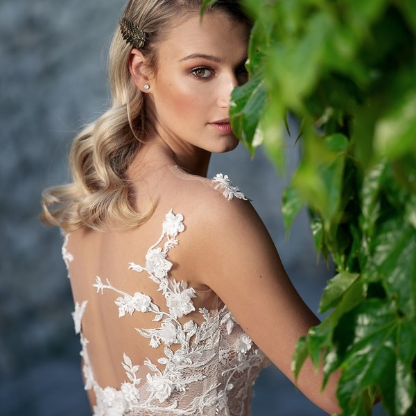 Máte ráda květiny? V šatech 🌺FLORELLA🌺 z kolekce #madoracouture2021 se živůtkem s 3D krajkou ve tvarech květů ve svatební den doslova rozkvetete.  🌺 Stejně jako krásná modelka @katerina_kasanova při focení v našem rodném Mikulově, kde pro vás šijeme 💞svatební šaty Madora s láskou💞. 🌺 #svatebníšaty #mikulov #svatba #nevěsta ##kvetiny #wedding #flowers🌸 #bridaldream #bridaldress #zasnoubení #svatebníšatymikulov #svatebníšatybrno