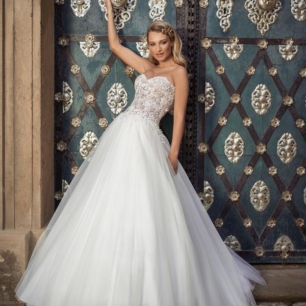 Kolekce svatebních šatů #madoracouture2021 je plná jedinečných kusů.   Model 🌸LORELEI🌸 si vás získá bohatou tylovou sukní a živůtkem bohatě zdobeným 3D krajkou.  Šaty, ve kterých si budete ve svůj velký den připadat #jakoprincezna👸, šijeme ❤s láskou v Mikulově❤.   #weddingdress #svatebnisaty #ceskavyroba #ceskaznacka #hochzeit2021 #hochzeits2021 #svatba2021 #nevesta #jakoprincezna👸 #bride ##svatebníšaty2021 ##svatebnisatynamiru #mikulov