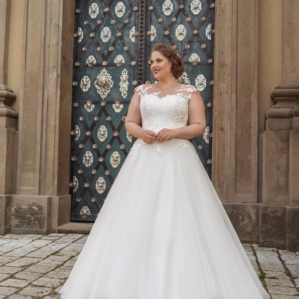 Svatební šaty 🌸EUGENIE🌸 z kolekce #madoraplus2021 pro nevěsty, kterým nesedí běžné konfekční velikosti. 🌸 V šatech s bohatou tylovou sukní a živůtkem s aplikovanou krajkou budete ve svatební den doslova zářit. A šaty vám ušijeme #namíru, takže vám budou dokonale sedět. 🌸 Máte zájem o více informací k možnostem šití a zkoušení pro #svatby2021?  Zavolejte nám 📞+420 607 703 444.  🌸 #plussize #curvebride #plusizeweddingdress #svatebnisatyplussize #nevestaplussize #hochzeit2021 ##brautübergrösse #svatba2021 #satynamiru