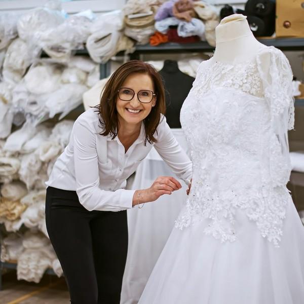 Majitelka svatebního ateliéru Madora Hanka Tomková si navrhla své vlastní 👰svatební šaty👰 již v 19 letech. A láska k originálním svatebním modelům a řemeslu jí už zůstala.  💞 Hanku u nás můžete potkat i při zkoušení šatů nebo ve volných chvílích pomáhá našim švadlenkám se zdobením. 💞 Svatební šaty #namíru a #sláskou rádi ušijeme i vám. Navštivte nás v Mikulově.  💞 #svatebnisatymadora #madoramikulov #hochzeit2021 #svatebnisatynamiru #svatebnisatyceskevyroby #svatba2021 #svatebnisaty #wedding #weddingdress #svatebniatelier #sijemesatynamiru
