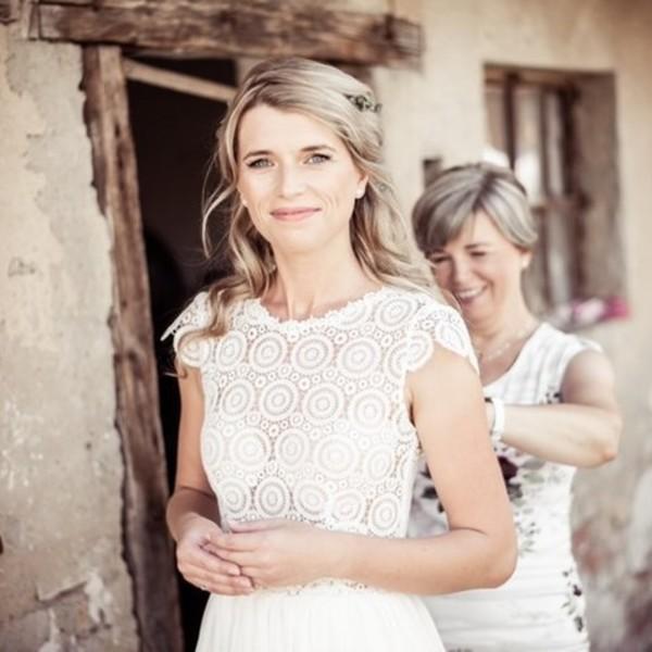 #madorabride 👰Ivana 👰má na sobě jeden z našich oblíbených modelů svatebních šatů 🎶Harmony🎶. Tyto šaty vás dostanou úžasně hladkou mušelínovou sukní v kombinaci s boho krajkou s vykrojenými zády. 🎶 Co na ně říkáte?  🎶 Šaty jsou z loňské kolekce, ale stále vám je ušijeme na míru a s láskou v našem svatební ateliéru v Mikulově.  🎶 A krásné nevěstě děkujeme za fotky!  #svatebnisaty #weddingdress #wedding #svatba #ceskavyroba #svatebnisatynamiru #nevesta #harmony #madoracouture #hochzeit #brautmode2021