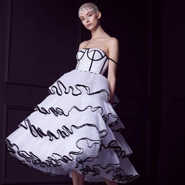 V roce 2018 jsme spojili síly s ateliérem @laysedlakova a vytvořili 🖤jedinečnou mini kolekci🖤 svatebních šatů díky, kterým se budete chtít vdávat.   Model 🖤POPPY🖤 je určen pro opravdu odvážné nevěsty, které rády provokují. Má sukni v midi délce, které je jako vystřižená z přehlídkového mola a šaty jsou olemované černou sametovou stuhou.   Troufnete si na tento působivý model?  #hautecouture #madoraminicollection #madoralaysedlakova #svatebnisaty #weddingtips #netypickesvatebnisaty #satyproodvaznenevesty #wedding2021 #originalnisvatebnisaty