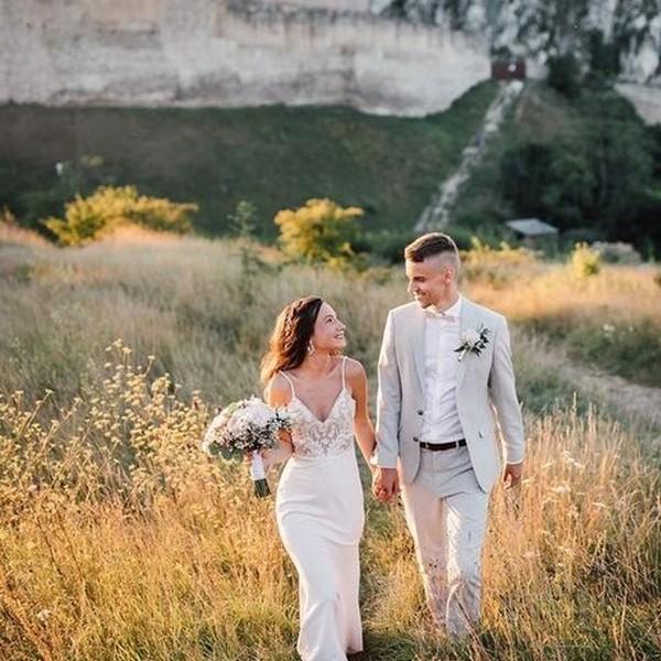 Letní svatba na hradě a další z krásných #madorabrides👰 ve svatebních šatech #namíru z našeho svatebního ateliéru Madora. 🏰 Děkujeme nevěstě Monice za fotky a těšíme se na další spokojené nevěsty. 🏰 #madorabride #svatbanahrade  #venkovnisvatba #outsidewedding #shesaidyes #happilyeverafter #weddingdress #svatebnisatynamiru #svatebnitipy