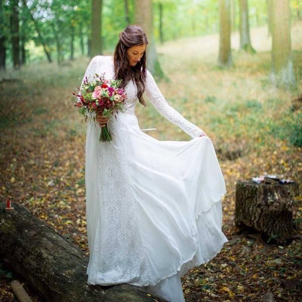🌲Svatba v lese. 🌲 Co říkáte na naše svatební šaty v lesní kompozici? 🌲 Svatba na čerstvém vzduchu může být ideálním řešením v současné situaci. Můžete pozvat více hostů a přitom si říct své ano pěkně od plic na čerstvém vzduchu.  🌲 Děkujeme za fotky jedné z našich spokojených nevěst. 🌲 #maddoraweddings #madorabrides #outdoorwedding  #svatbavenku #svatebníšaty #weddingdresses ##venkovnisvatba #madoracouture #satyzmadory #svatba2021 #madora2021