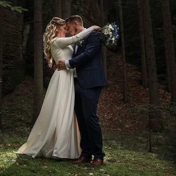 🌲Venkovní svatby, obzvláště ty v lese, mají jedinečnou až magickou atmosféru🌲.  🌲 Děkujeme za fotky půvabné nevěstě Julii v jednoduchých a dokonale elegantních šatech s dlouhým rukávem z dílny našeho svatebního ateliéru Madora. 🌲 Nevěstě jsme šaty ušili na míru.  Chcete být také jednou z našich spokojených #madorabrides? 🌲 Zavolejte nám 📱 +420 607 703 444 a domluvte se na možnostech zkoušení šatů. 🌲 #svatbavlese #lesnisvatba #weddingoutside #weddingdress #svatebníšaty ##svatebniden #madora #weddinginthewoods