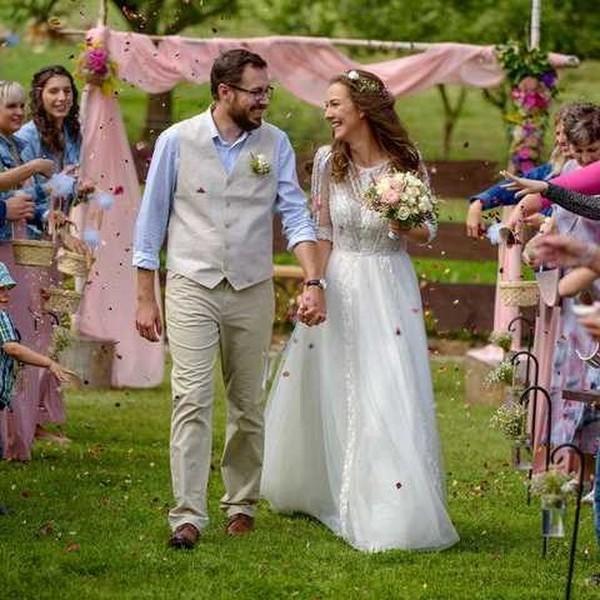"""🌸Šaty Thea🌸 s krajkovým živůtkem, prodlouženými rukávy a splývavou krajkovou sukní jsou mezi nevěstami velice oblíbené. 🌸 Ve svůj svatební den si je oblékla také nevěsta Veronika a napsala nám: """"Chci vám moc poděkovat za krásné šaty, které jsem si u vás mohla půjčit. Šaty byly nejen krásné ale také velmi pohodlné, popůlnoční šaty jsem nakonec vůbec nevyužila."""" 🌸 Svatební šaty pro váš velký den půjčíme i vám.  🌸 #svatebnisaty #pujcenisvatebnichsatu #pujcovanisatusvatba #svatba2021 #satyceskevyroby #pujcenisatunasvatbu #pujcenesvatebnisatymadora #weddingdress #weddingdressrental"""