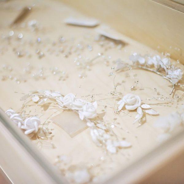 Svůj svatební look můžete doplnit například i takovými krásnými a zároveň jemnými detaily 👑, které najdete v našem salonu ✨. A co vy, vybrali byste si z naší nabídky, nebo dáte přednost romantickému závoji? 👰🏼♀️  #madorasvatebnisaty #svatebnisatynamiru #madoraweddingdress #madorabrides #wedding #weddingdress #wedday