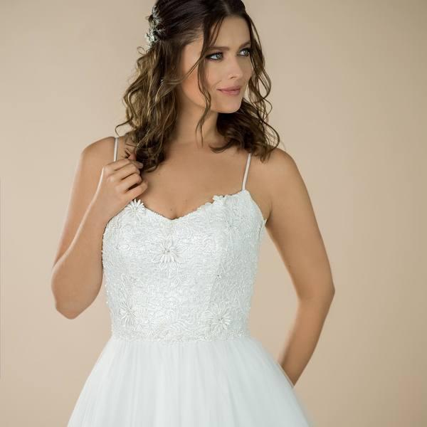 Co říkáte na něco jednoduššího s nádhernou flitrovanou krajkou zdobenou 3D kopretinami v kombinaci se sukní z jemného tylu? ✨✨✨ Sukni se spodnicí nebo vzdušnou bez, to záleží jen na vás 🙂 V salonu máme k půjčení ve velikosti 36/38!  #madoraweddingdress #svatebnisatynamiru #svatebnisaty #atelier #navrhar #svatebnisaty2021  #svatba #svatba2021 #nevesta #nevesta2021 #bride #bridal #wedding #weddingdress #svatebniinspirace #svatebnisalon #bohosvatba #bohosvatebnisaty #bridaldress #praha #brno #mikulov #jiznimorava #bridetobe #dnesnosim #brautkleid #hochzeit #hochzeitskleid #brautkleidnachmaß #braut