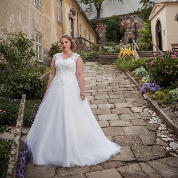 Pro nevěsty s bujnějšími tvary je tady kolekce #madoraplus 2021.  🌸 Šaty Innes s tylovou sukní a zpěvněným živůtkem zdobeným krajkou z vás udělají tu nejkrásnější nevěstu.  🌸 A díky profesionální práci našeho svatebního ateliéru vám ve váš velký den skvěle padnou. 🌸 Chcete zjistit více? Zavolejte nám ☎ (+420 607 703 444) nebo napište na info@madora.cz.   #madoraplus #madora2021 #svatba #svatby2021 #wedding2021 #nevěsta #plussize #svatebnisaty #weddingdresses #madoraweddings #mikulove❤️