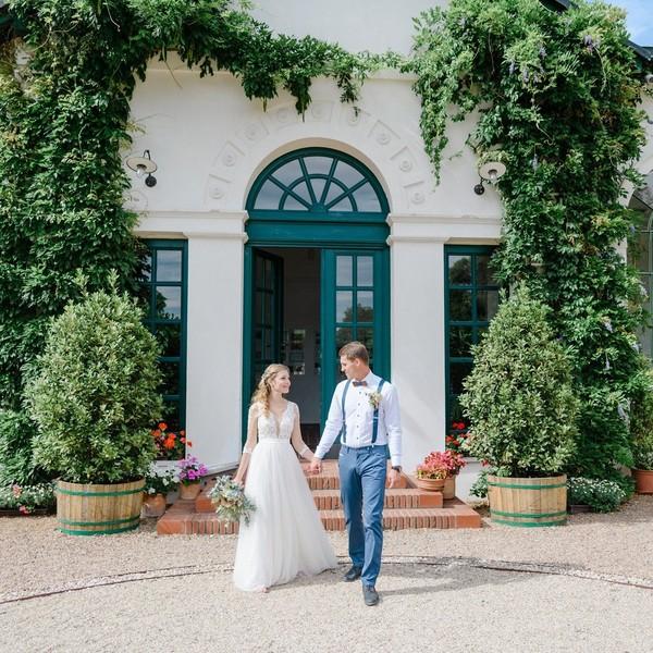 """👰Nevěsta Veronika👰 nám napsala krásnou recenzi. Svůj svatební den si užila v šatech Nevada z roku 2018, které jsme upravili lehce do #bohostylu se splývavou sukní. 👰 """"Většina šatů, co jsem si zkoušela v půjčovnách, byla korzetového typu. Já nemůžu mít korzet! Nechci! Nemůžu v tom vydržet 5 min. natož celou svatbu. Nemůžu se zhluboka nadechnout, začíná se mi točit hlava, dělat se mi mdlo... Ano jsou krásné, ale já se potřebuji především dobře cítit. 👰 Mamince už šla nejspíš hlava kolem. Brouzdala ve volných chvílích na internetu a narazila na Madoru. Přišla s nápadem udělat si výlet do Mikulova, i když je pro nás poměrně z ruky. Tento výlet se ukázal jako ta správná volba. Hned v první chvíli jsem byla nadšená. Velmi ochotná paní, mi donesla do kabinky, přesně ty šaty, které by se mi mohly líbit. Okamžitě jsem se zamilovala do dvou variant. Byla jsem mile překvapena, že si můžu zvolit v jaké barvě mi šaty ušijí. Mohla jsem nakombinovat vrchní i spodní díl šatů tak, aby komplet splňoval mou představu. Šaty byly kouzelné a prožila jsem v nich ten nejkrásnější a nejpohodovější den. Děkuji."""" 👰 My také děkujeme další z našich #madorabrides za krásné fotky od @loutocky_com.   #svatbavenku #bohosvatba #zenich #shesaidyes #svatebniinspirace #satynevada #wedding #happybride #bohobride #vzalise #madorabride #nevestyzmadory"""