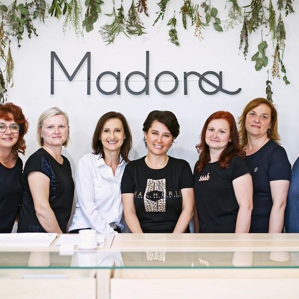 """Představujeme vám tým našeho svatebního ateliéru Madora. Tyto ❤️skvělé ženy se starají s láskou❤️ o to, aby vaše svatební šaty byly dokonalé. Od vytvoření návrhu šatů, přes první zkoušky až po samotné šití.  Zleva na fotce jsou 🌸specialistka na ruční šití Darča, krejčová Blanka,🌸 majitelka svatebního ateliéru a autorka našich kolekcí Hanka, 🌸naše nevěstami milovaná """"módní konzultantka"""" Gábina (tu potkáte při zkoušce zřejmě jako první a bude vás provázet celým procesem šití šatů), 🌸krejčová Lucka, 🌸mistrová naší šicí dílny Míša a 🌸Hana, která zajišťuje stříhání látek na šaty.   Chcete se s námi seznámit osobně? Domluvte si termín zkoušení šatů a my se na vás budeme těšit v Mikulově. Volat můžete na 📱 +420 607 703 444.  #náštým #týmmadora #svatebniatelier #sitisatunamiru #svatebnisatynamiru #madoramikulov #mikulov #sicidilna #dreamteam #sijemesvatebnisaty #zenyzmadory"""