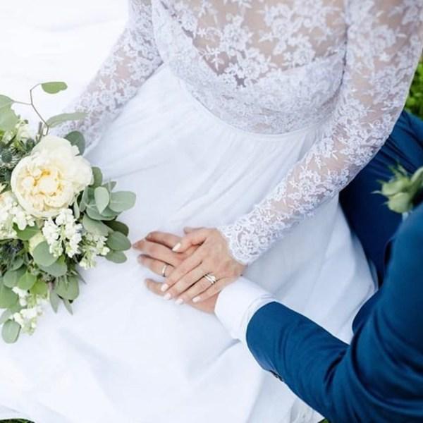 Havlíčkovy sady v Praze a jedna z prvních svateb, které se mohly v roce 2020 konat. Nevěsta Aneta to s těmi všemi změnami nevzdala a svatbu si nesmírně užila. Sice se nám naděje na zítřejší znovuotevření rozplynula, zato nám vy všechny, včetně Anety, dodáváte sílu, abychom ještě zatnuly zuby a vydržely. Věříme, že v březnu se už uvidíme 🤗🙏🏻 Už se těšíte na zkoušku svatebních šatů? . Nevěsta  @lady.anettel  Svatební šaty  @madoraweddingdress  Foto  @juliana_taksony  Kytice  @svazek  Snubní prsteny  @brilas.cz  . #madorabrides #madoraweddingdress #svatebnisatymadora #svatebnisaty #svatebnisatynamiru #nevesta #navzdyspolu #svatebniden #svatba #svatba2021 #svatbavpraze #svatbavbrne #svatbanajiznimorave #svatebnisaty2021 #weddinginspiration #weddingdress #bride2021 #weddingday #brautkleid #braut2021