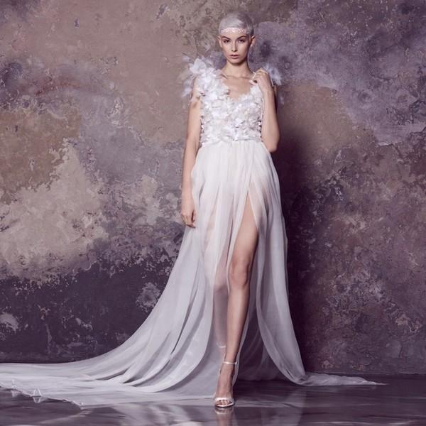 Vzpomínáte si na naši mini kolekci vytvořenou ve spolupráci s ateliérem @laysedlakova? Podle nás je nadčasové, a proto si ji rády připomínáme. ✨ Šaty ✨Daizee✨ jsou určené pro odvážné nevěsty, které hledají opravdu neobvyklý svatební model a chtějí ohromit. ✨ Mají živůtek s propracovanou a ručně vyrobenou vyšívkou a poloprůhlednou sukni s rozparkem a vlečkou. ✨ #svatebnisaty #hautecouture #minikolekce #laysedlaova #weddingdress #wedding #svatba #netradicnisvatebnisaty #extravagantninevesta #specialbride #extravagantweddingdress