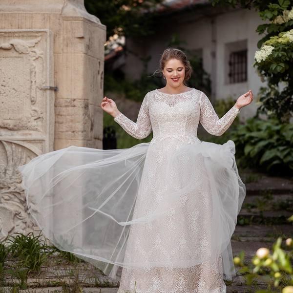 """Naše krásky """"GAIA"""" 💫. U nás si zaručeně vybere každá nevěsta 🤩. Neváhejte, objednajte si termín a zažijte nejkrásnejší den vašeho život v těch pravých šatech ✨.  #madoraweddingdress #madorasvatebnisaty #svatebnisatynamiru #wedding #weddingdress #wedday"""