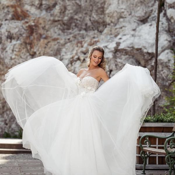 Chcete si připadat jako 👸princezna👸? V šatech Glorie z kolekce #madoracouture 2021 se vám to rozhodně podaří.  Prožijte svůj velký den v šatech s tylovou sukní a krajkovým živůtkem, který je zdobený velkými 3D květy. 🌸 🌸🌸  Díky modelce @katerina_kasanova a @mestomikulov.  #madoracouture #weddingdresses #svatebnisaty #svatba2021 #bride #nevesta2021 #mikulov #madora #flowers #svatebniinspirace #wedding2021 #madora2021