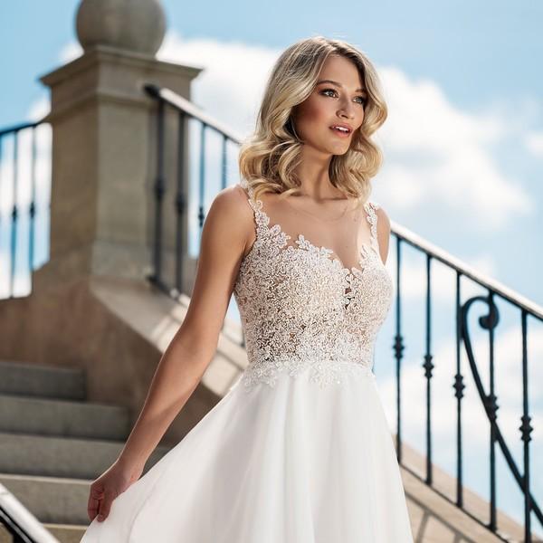 Svatební šaty 🌸ESTER🌸 jsou dalším modelem z kolekce #madoracouture2021 vhodným pro letní svatby. Mají splývavou sukni z jemné organzy a živůtek s aplikovanými drobnými perličkami.  🌸 Co na ně říkáte?  Pro info ke zkoušení a šití šatů pro letošní svatby volejte📱 nebo piště📧info@madora.cz. 🌸 Těšíme se na vás v našem svatebním ateliéru Madora v Mikulově.  🌸 #svatba2021 #svatebnisatynamiru #hochzeit2021 #wedding2021 #krasnanevesta👰 #bride2021 #svatebnisaty #svatbaleto2021 #czechmade #mikulov
