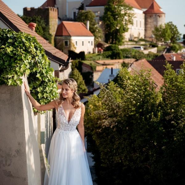 Svatební šaty 🌹CHIARA🌹 z kolekce #madoracouture2021 jsou svým střihem jako dělané pro letní svatby nejen na zámku. 🌹 Mají splývavou tylovou sukni doplněnou jedinečným tylovým živůtkem s aplikovanou 3D krajkou.  🌹 Šaty jsme fotili s @pinarto_studio v našem milovaném městě @mikulov, kde pro vás všechny naše modely šijeme s láskou. 🌹 #summerwedding #svatba2021💍 #letnisvatba #hochzeit2021 #nevěsta2021 #svatebnisatynamiru #weddingdress ##mikulovskýzámek