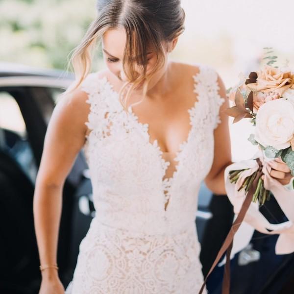 🍇Krásná svatba na vinici páru Vendy & Honza a svatební šaty z dílny svatebího ateliéru Madora🍇.  Děkujeme nevěstě Vendy @vendyys za krásné fotky od fotografky Anna Édes @_fotim.  Chcete být také jedna z našich #madorabrides👰? Zavolejte nám k možnostem zkoušení a šití šatů pro #svatba2021.  #madorabride #happycouple💑 #svatebniden #svatebnisaty #svatebnisatynamiru #shesaidyes #weddingday